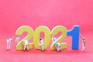 statuetta in miniatura team building in legno numero 2021