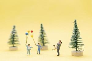gruppo di figurine mini persone che celebrano il Natale