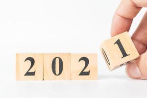 cubo di legno che gira a mano con il numero dal 2020 al 2021