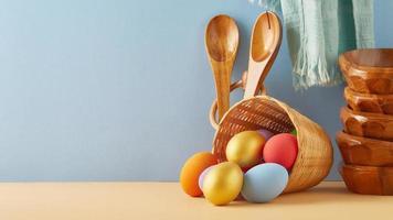 uova di Pasqua in un cestino foto
