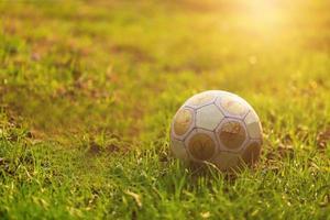 pallone da calcio alla luce del sole