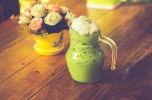 tè verde freddo con rose sul tavolo