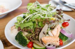 insalata di verdure di salmone