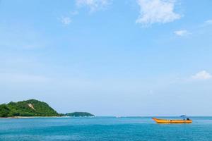 barca sul mare foto