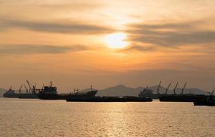 navi da carico parcheggiate sul mare foto