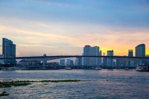 ponte sul fiume nella città di bangkok