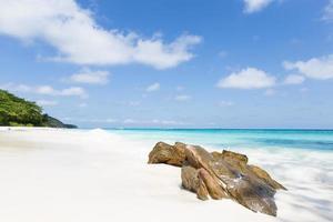 rocce sulla spiaggia di phuket foto