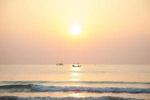barca da pesca sul mare all'alba