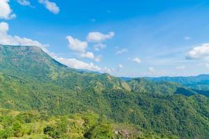 paesaggio di foreste e montagne in thailandia