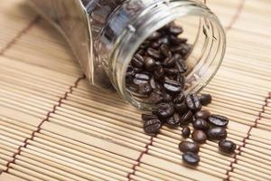 chicchi di caffè fuoriusciti dalla bottiglia