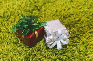 due scatole regalo di Natale foto