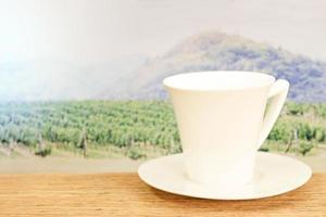 tazza bianca sul tavolo foto