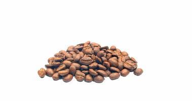 mucchio di chicchi di caffè su bianco