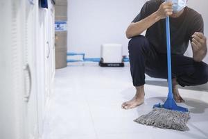uomo asiatico personale di pulizia foto
