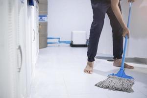 persona che lava il pavimento foto