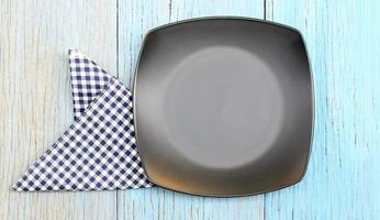 piatto nero con panno blu e bianco foto
