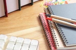 spazio di lavoro con taccuini e penne foto