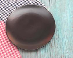 piatto nero sul tavolo di legno blu foto