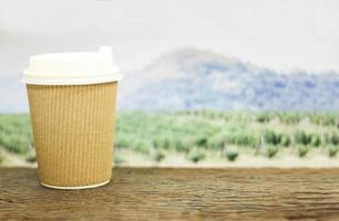 tazza di caffè davanti al campo foto