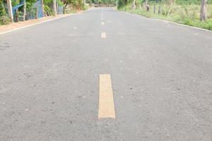 primo piano di una strada asfaltata foto