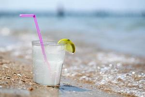 bicchiere di limonata sulla spiaggia foto