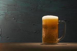 birra su sfondo scuro foto