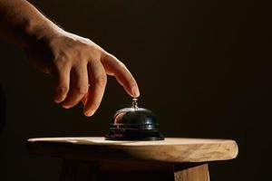 mano e campanello di servizio foto
