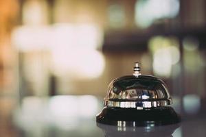 campanello di servizio su sfondo bokeh foto