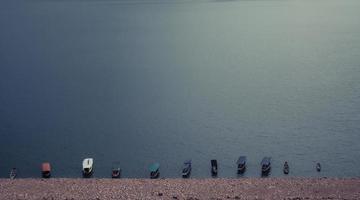 barche di legno in acqua foto