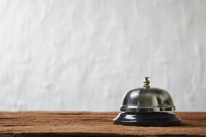campanello di servizio contro il muro bianco