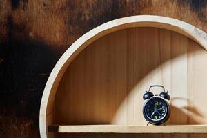 orologio sullo scaffale foto