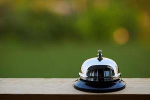 campanello di servizio contro una finestra foto
