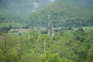 torri di telecomunicazioni nella foresta foto