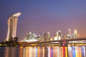 edifici di singapore di notte foto