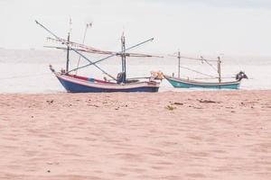 due barche su una spiaggia tropicale sul mare delle Andamane in Thailandia foto