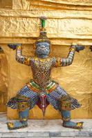 statua su un tempio in thailandia