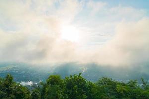 mattina vista sulle montagne foto