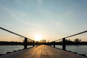 ponte di legno in riva al mare foto