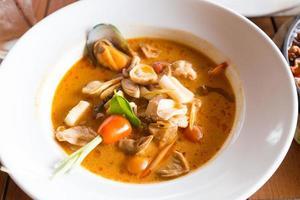 frutti di mare tailandesi in un piatto bianco