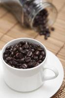 chicchi di caffè tostati sul tavolo