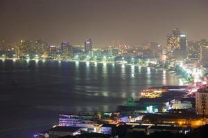 città di pattaya di notte, thailandia. foto