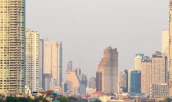 grattacieli ed edifici nella città di bangkok, thailandia foto