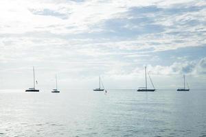 barche a vela ormeggiate in mare foto