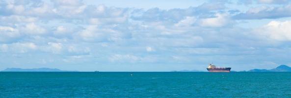 grande nave da carico sul mare foto