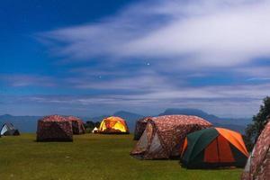 campeggio sul prato foto
