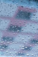 gocce d'acqua appollaiate sul vetro foto
