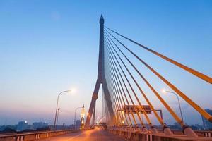 ponte rama viii a bangkok all'alba