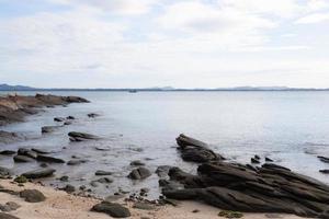 rocce sulla spiaggia foto