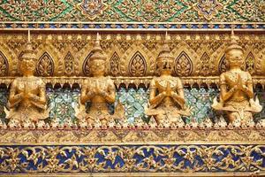 statue su un tempio in thailandia