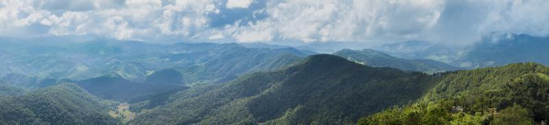 foresta in montagna in Thailandia foto